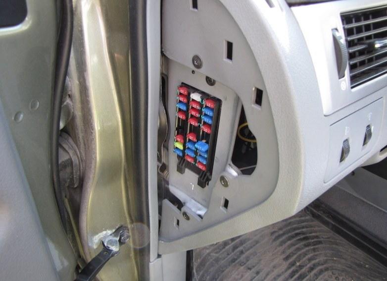 монтажный блок Шевроле Лачетти находится с левого торца приборной панел