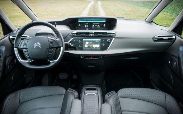 Рычаг переключения передач расположен рядом с рулевым колесом