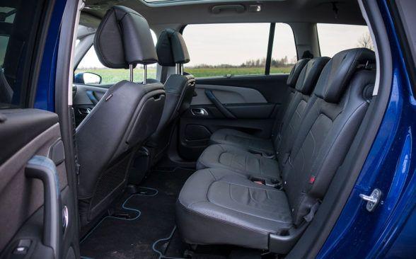 В задней части доступны три полноразмерных сиденья