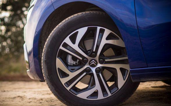 Под капотом тестовой машины находится топовый дизель 2.0 BlueHDi