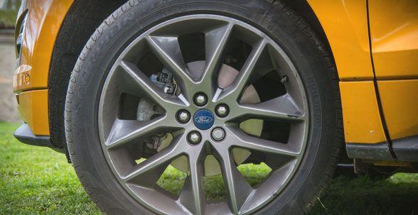Ford Edge поддерживает водителя во время вождения