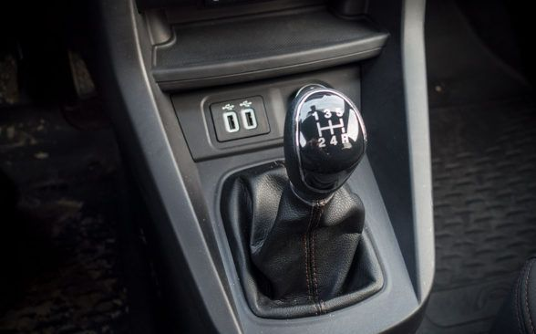 Двигатель подключен к механической коробке передач