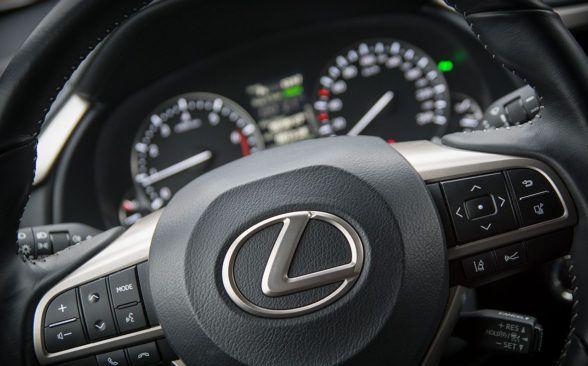В Lexus нет навороченных сенсорных панелей или огромных дисплеев