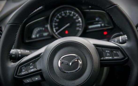 Руль Mazda CX-3 не перегружен кнопками