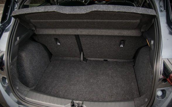 Багажник Micra имеет довольно хорошие 300 литров