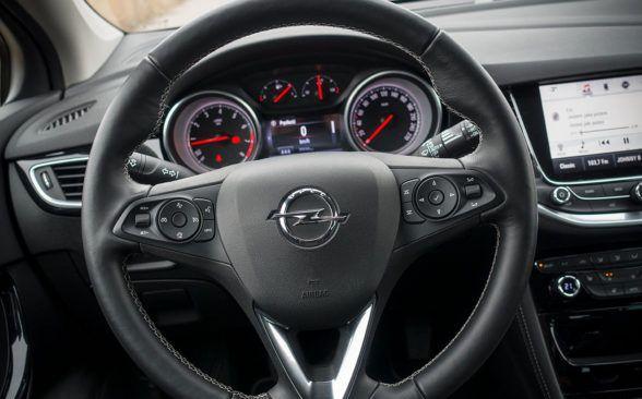 Управление автомобилем с рулевого колеса также не вызывает проблем