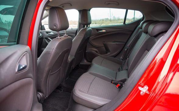 задняя часть тестируемого Opel Astra