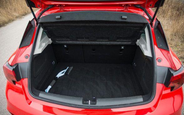 Багажник Astra имеет объем 370 литров