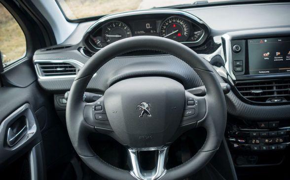руле есть несколько кнопок - только для управления аудиосистемой и телефоном