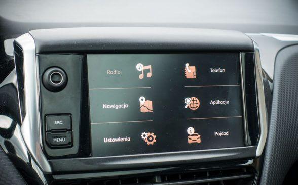 Информационно-развлекательная система, установленная на центральном сенсорном экране
