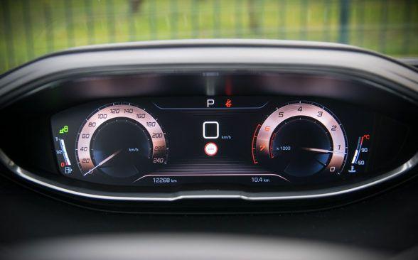 i-Cockpit входит в стандартную комплектацию каждого Peugeot 5008