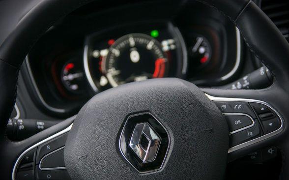 управление компьютером осуществляется кнопками на рулевом колесе