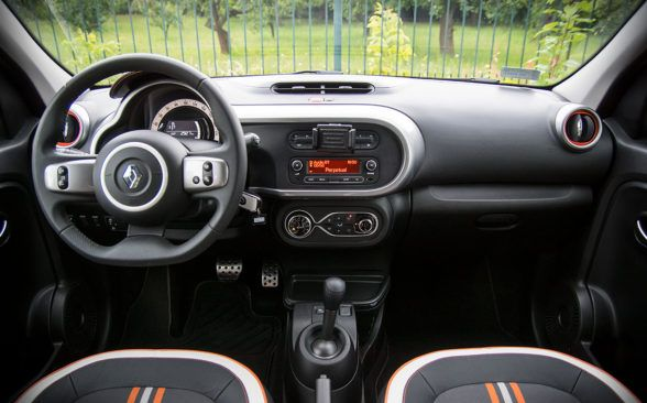 три полосы на сиденьях, пороги с надписью «Renault Sport»