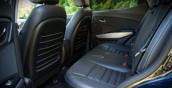 на заднем сиденье достаточно места для пассажиров ростом около 185 см