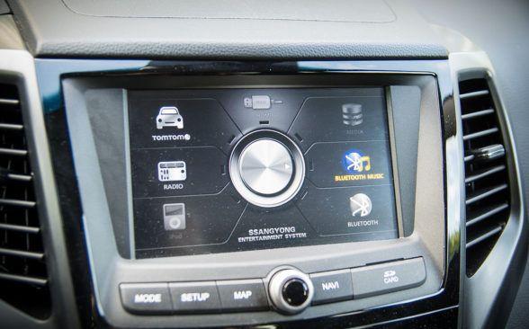 один сенсорный экран с несколькими физическими кнопками