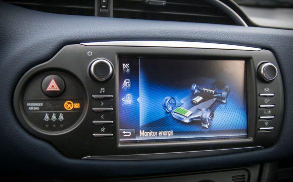 Центральный экран впечатляет не меньше, чем рулевое колесо