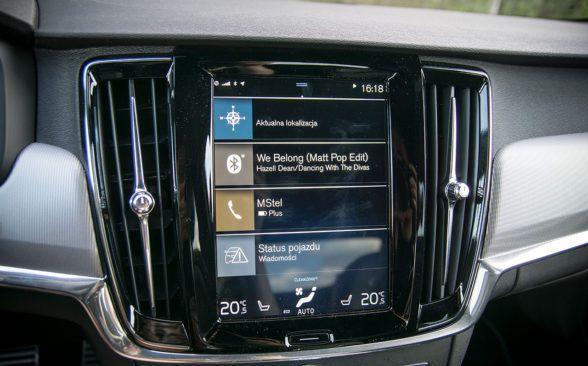 Интерьер Volvo S90 также выглядит минималистичным