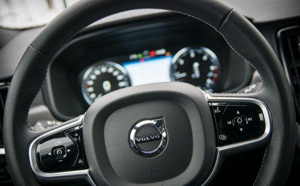 На руле есть несколько кнопок
